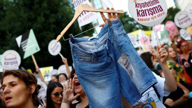 istanbul-des-femmes-manifestent-pour-le-droit-de-se-vetir-librement
