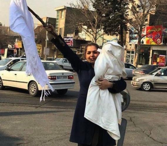 Femme iranienne:enlève Foulard.jpg